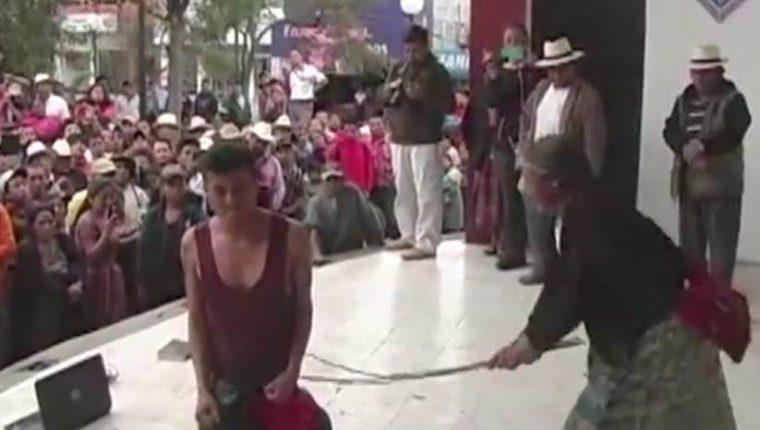 Mujer azota a su hijo en Santa Cruz del Quiché, acusado de robar una computadora. (Foto Prensa Libre: Guatevisión)