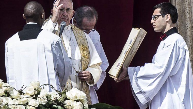 El papa Francisco imparte la bendición en la Plaza de San Pedro. (Foto Prensa Libre: EFE)