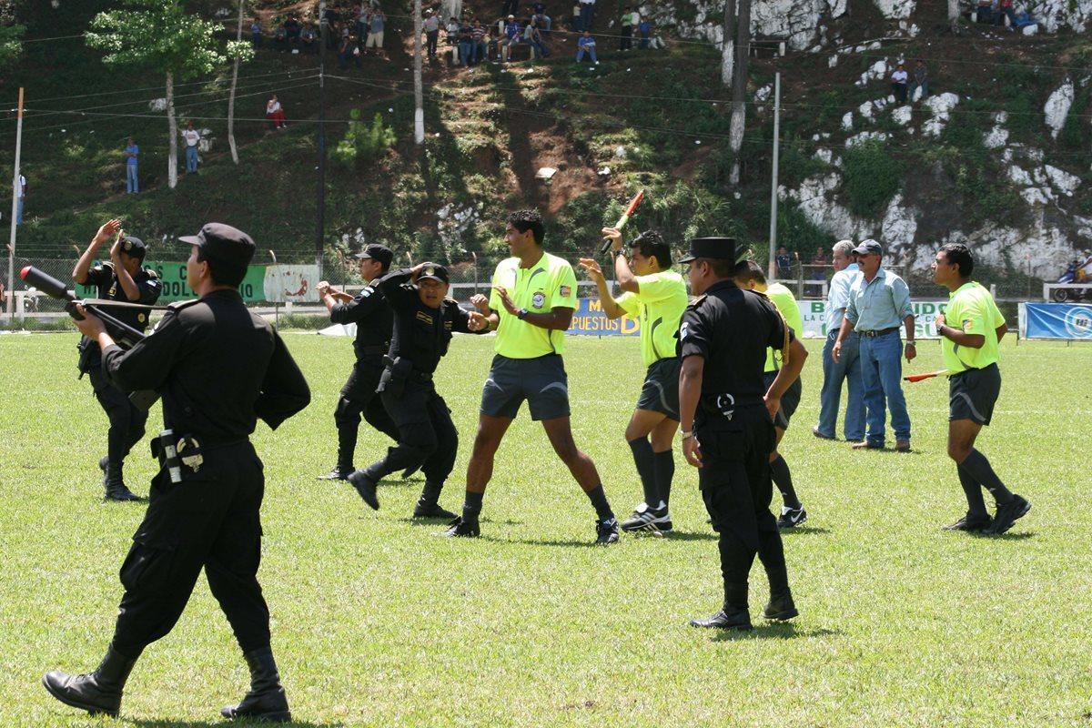 Órgano Disciplinario solicita las actas arbitrales originales de la agresión que se registró en el estadio Armando Barrillas. (Foto Prensa Libre: Hemeroteca PL)