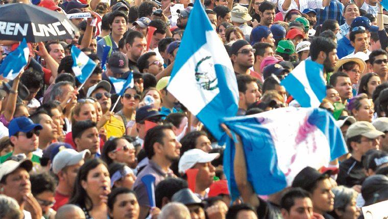 El movimiento ciudadano recibió muchos adjetivos, entre ellos, la primavera y la nueva revolución. Además, el azul y blanco en el vestuario y las banderas de los manifestantes hizo ver la ausencia de política en las movilizaciones masivas a la Plaza de la Constitución.