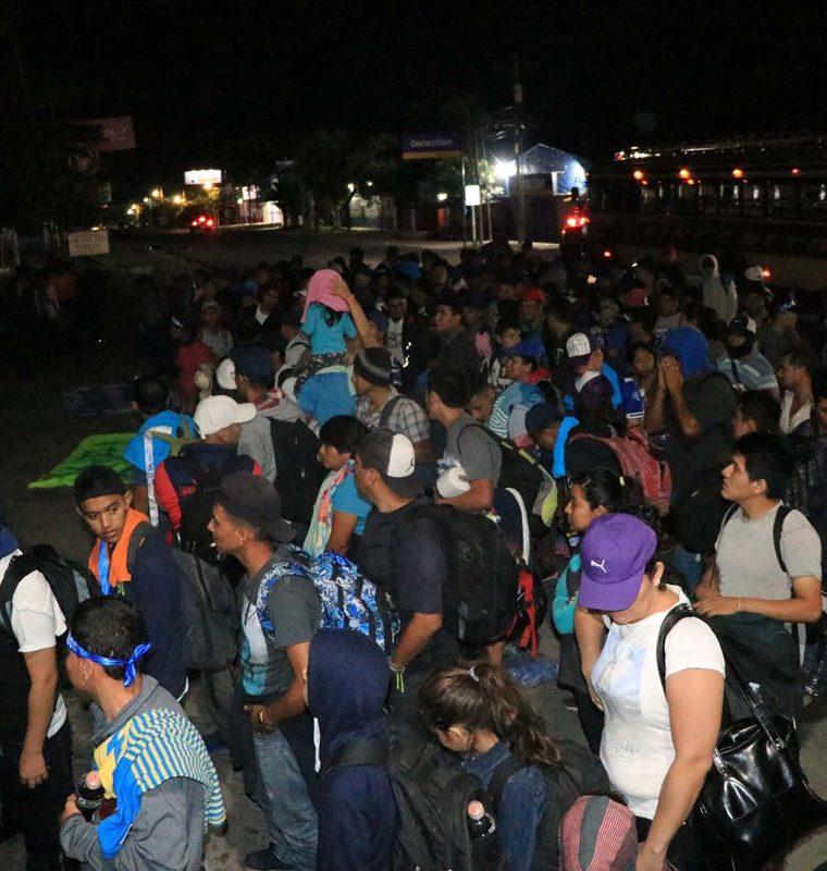 Salvadoreños fueron organizados por líderes de la caravana previo a reanudar su viaje, por la Costa Sur, con rumbo a México. (Foto Prensa Libre: Enrique Paredes)