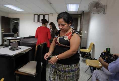 Rosa Imelda Muy Pastor, sentenciada a 10 años de prisión por vender a su hijo (Foto Prensa Libre: Edwin Bercián)