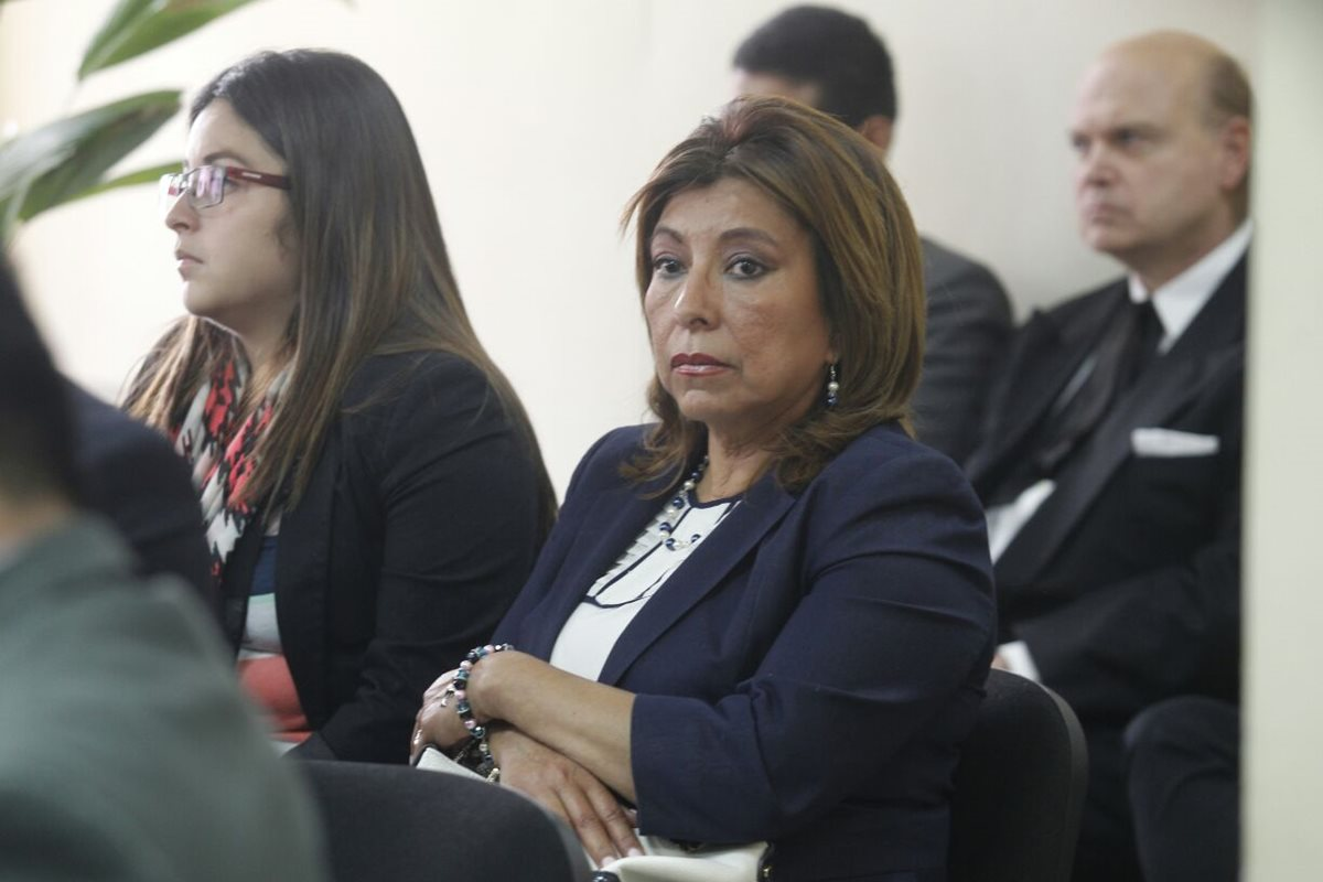 La exregistradora Anabella de León escucha la resolución de la jueza. (Foto Prensa Libre: Carlos Hernández)