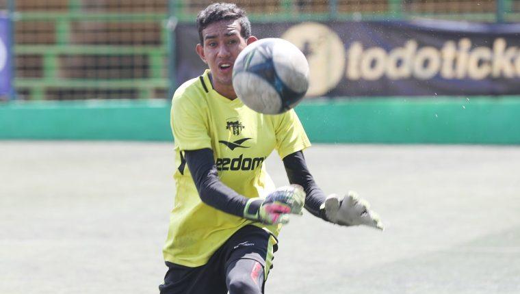 1.50 goles es el promedio de anotaciones que recibe por partido el portero Javier Romero, quien no tiene un entrenador específico en el campamento de los loros (Foto Prensa Libre: Edwin Fajardo)