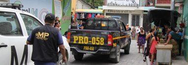 Fiscales del Ministerio Pública protegen evidencias en la escena del ataque armado. (Foto Prensa Libre: Hugo Oliva)