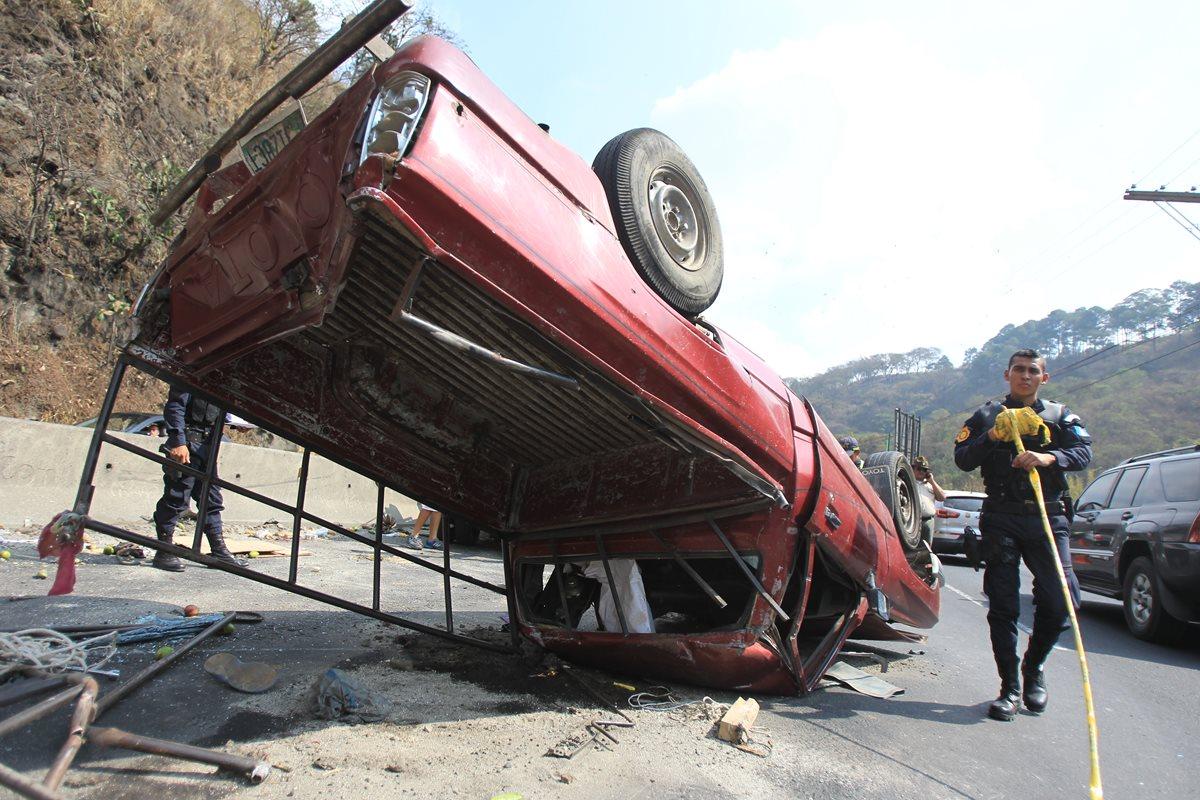 Una mujer murió y cinco personas resultaron heridas al volcar picop en que viajaban, en ruta al Pacífico. (Foto Prensa Libre: Estuardo Paredes)