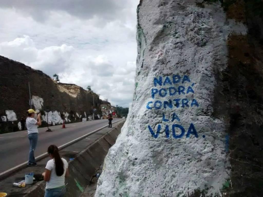 Jóvenes decidieron transformar la propaganda en obras de arte. La mayoría en postes, laderas, piedras y puentes.