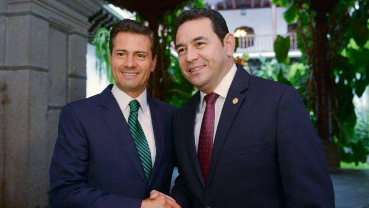 El presidente mexicano, Enrique Peña Nieto, es recibido por el canciller guatemalteco, Carlos Morales. (Foto: Esbin García)