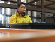 El constructor Raúl Osoy se presenta después del medio día al Juzgado de Mayor Riesgo B para continuar la audiencia de primera declaración. (Foto Prensa Libre: Carlos Hernández)