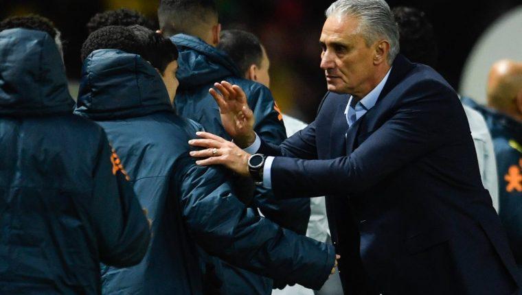 El técnico de la selección de Brasil, Tite saluda al cuerpo técnico de la selección de Alemania. (Foto Prensa Libre: AFP)