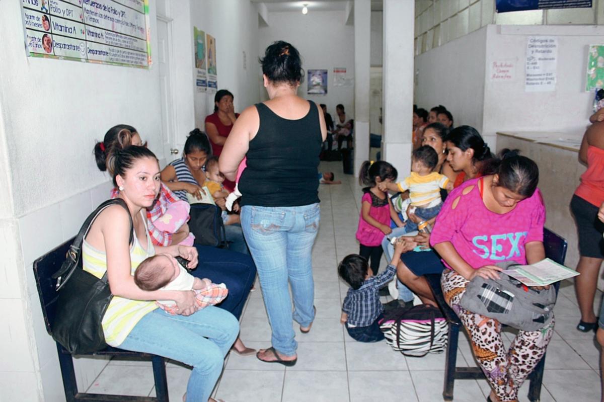 Madres de  familia denuncian que el centro de Salud de la ciudad de Escuintla no cuenta con inyecciones. (Foto Prensa Libre: Melvin Sandoval)