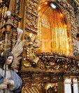 Un investigador de la PNC recaba evidencias en el altar de la Virgen del Carmen del Cerrito el 19 de abril de 2001. (Foto: Hemeroteca PL)