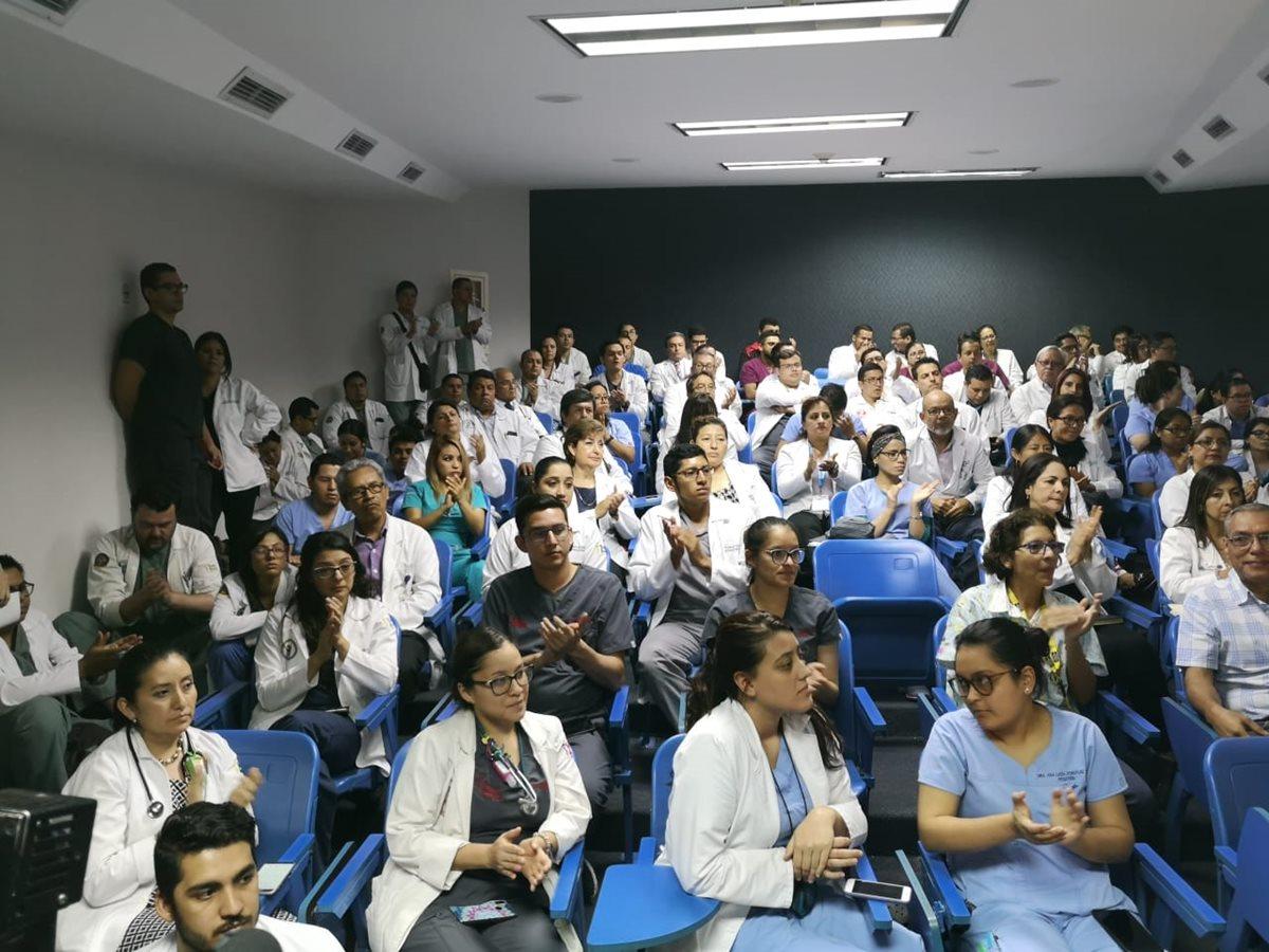 Médicos participan en asamblea para definir acciones a fin de obtener mejores sueldos. (Foto Prensa Libre: Érick Ávila)