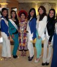 Reina Indígena de Xela -al centro- acompaña a representantes de belleza de varios departamentos de Guatemala. (Foto Prensa Libre: Carlos Ventura)