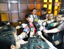 Gloria Porras, cuenta a periodistas la decisión de realizar audiencias en el caso del antejuicio de Pérez Molina. (Foto Prensa Libre: Edwin Bercián)