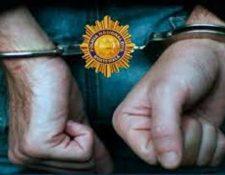 Ocho hombres fueron capturados por conducir vehículos borrados. (Foto Prensa Libre: PNC)