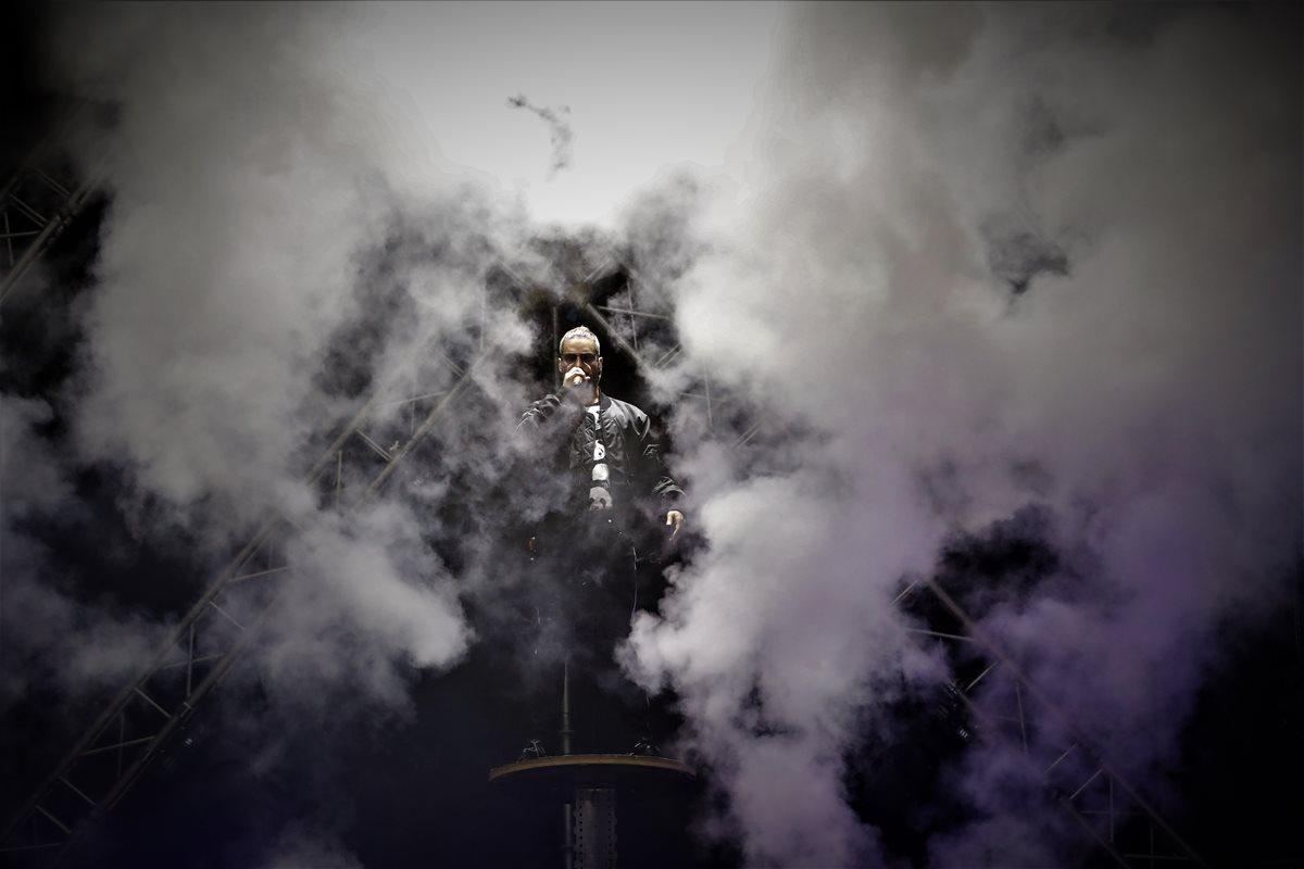 Maluma hizo su aparición en el escenario al descender sobre una plataforma entre columnas de humo. (Foto Prensa Libre Pablo Juárez Andrino)