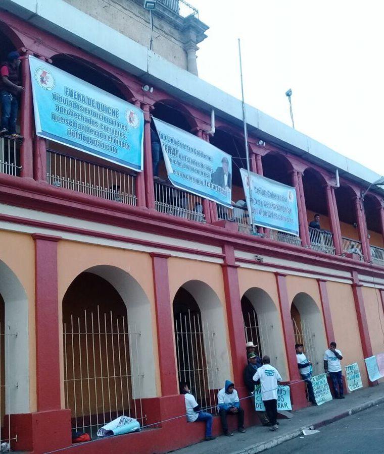 Los inconformes han colocado mantas para rechazar el actuar de diputados por Quiché. (Foto Prensa Libre: Héctor Cordero).