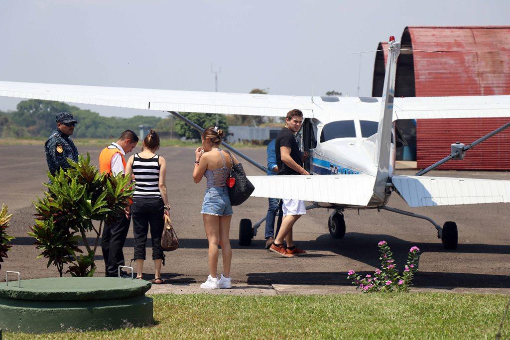 Turistas llegan en vuelo privado llegan al aeródromo de Retalhuleu, con motivo del descanso de Semana Santa. Foto Prensa Libre: Rolando Miranda)