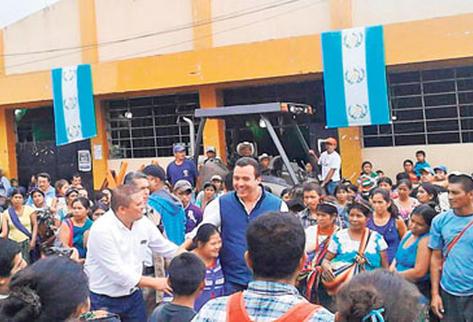 El exministro de Comunicaciones, Alejandro Sinibaldi, saluda a los asistentes a uno de los tres mítines que efectuó en Huehuetenango.