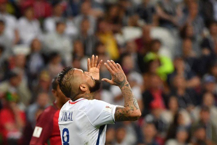 Arturo Vidal se lamenta después de cabecear desviado en una oportunidad de gol.