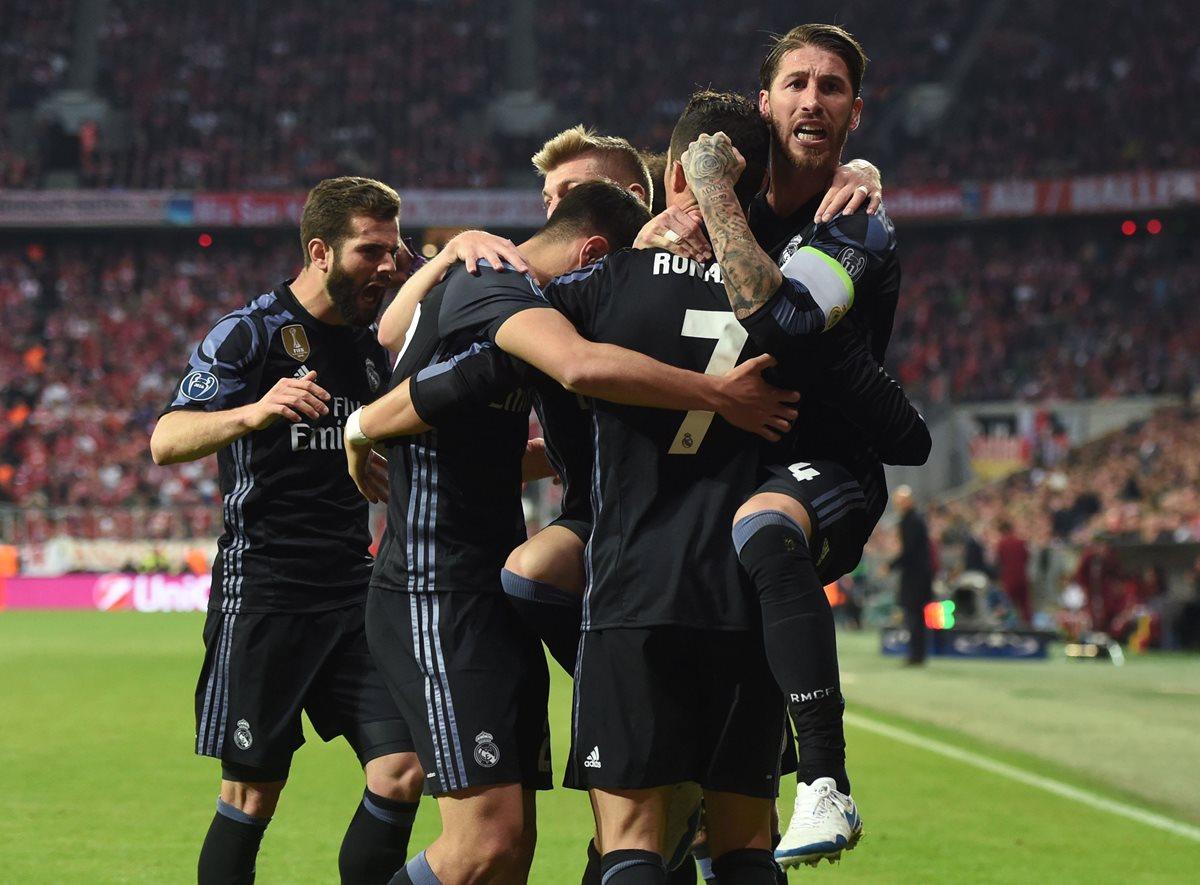 Los jugadores del Real Madrid felicitan a Cristiano Ronaldo luego de su anotación. (Foto Prensa Libre: AFP)