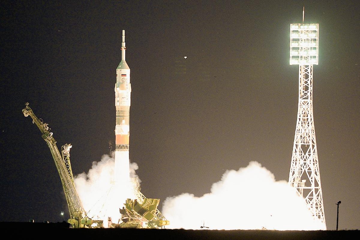 Lanzan nave espacial de tipo Soyuz con tres astronautas hacia la ISS