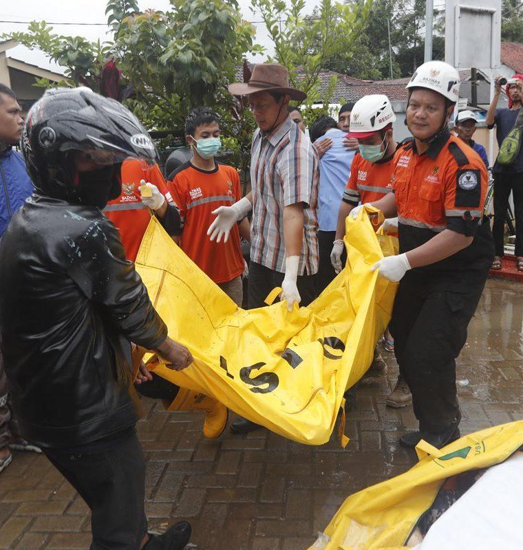 Más de 200 muertos se contabilizan por el tsunami. (Foto Prensa Libre: EFE)