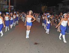 Coatepecanos salieron a las calles a disfrutar del 11 desfile Noche Mágica de Navidad. (Foto Prensa Libre: Alexánder Coyoy)