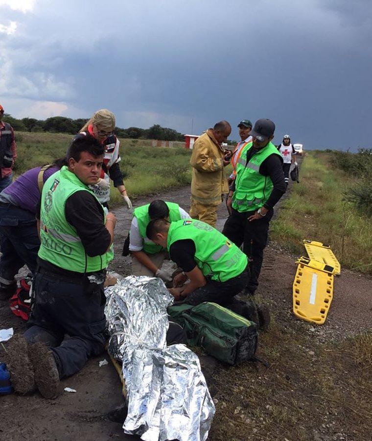 Socorristas atienden a pasajeros heridos. (Foto Prensa Libre: EFE)