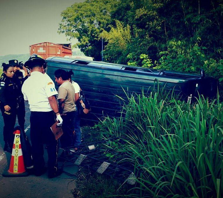 Microbús en el que se desplazaban los maestros que se accidentaron en el km 113 de la ruta al suroccidente, aldea Cocales, Patulul. (Foto Prensa Libre: Cristian Soto).