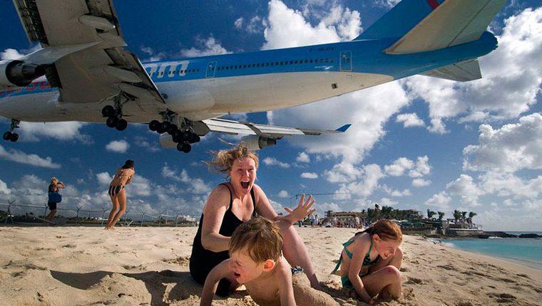 Varios accidentes han sido registrados en la Playa Maho durante el despegue de los aviones. (Foto Prensa Libre: Tomada de Viajar News)