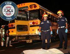 El cuerpo del estudiante Jaime Trinidad Ricardo Pirir, 20, quedó cerca del autobús que había salido de la Usac. (Foto Prensa Libre: Bomberos Municipales).