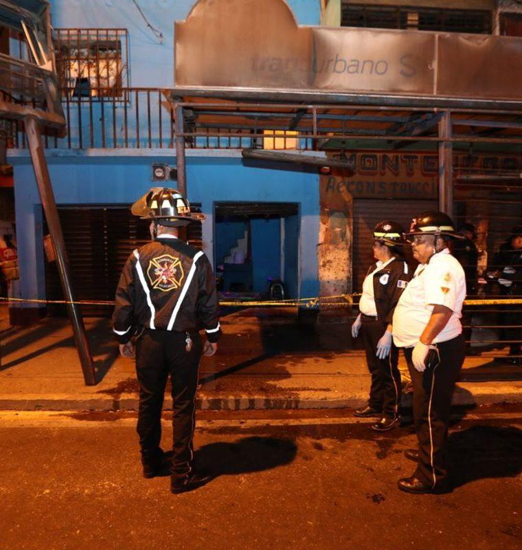 La Policía cerró el área frente al negocio donde ocurrió el ataque armado. (Foto Prensa Libre: Érick Ávila).