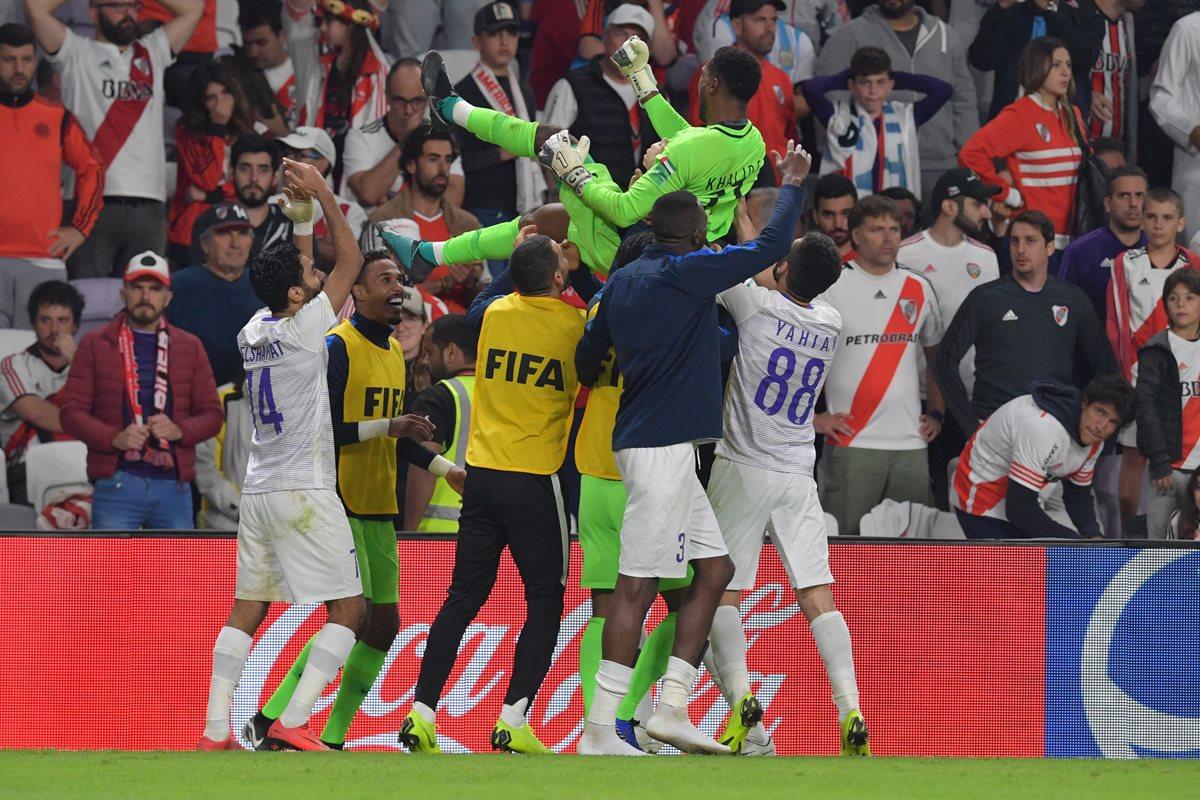 Los jugadores del Al Ain celebran después de clasificar a la final del Mundial de Clubes. (Foto Prensa Libre: AFP)