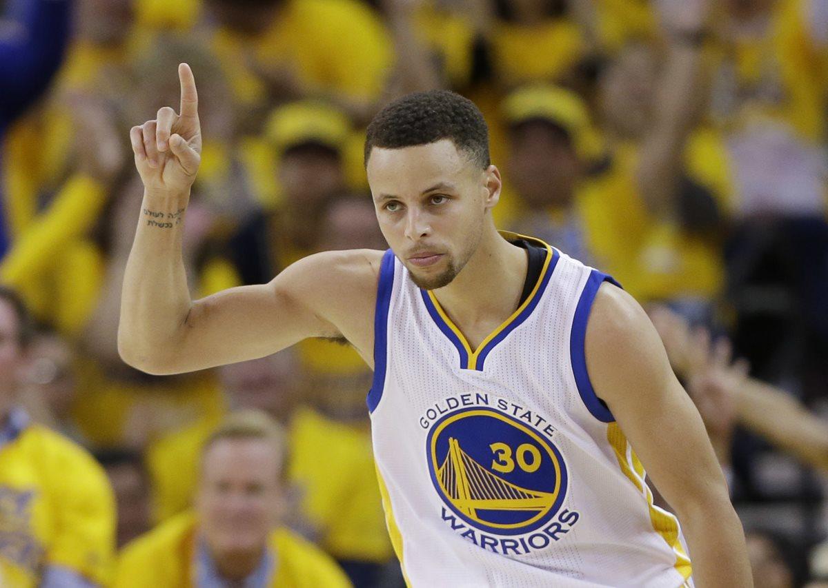 Curry y los Warriors aplastan a Rockets en inicio de playoffs