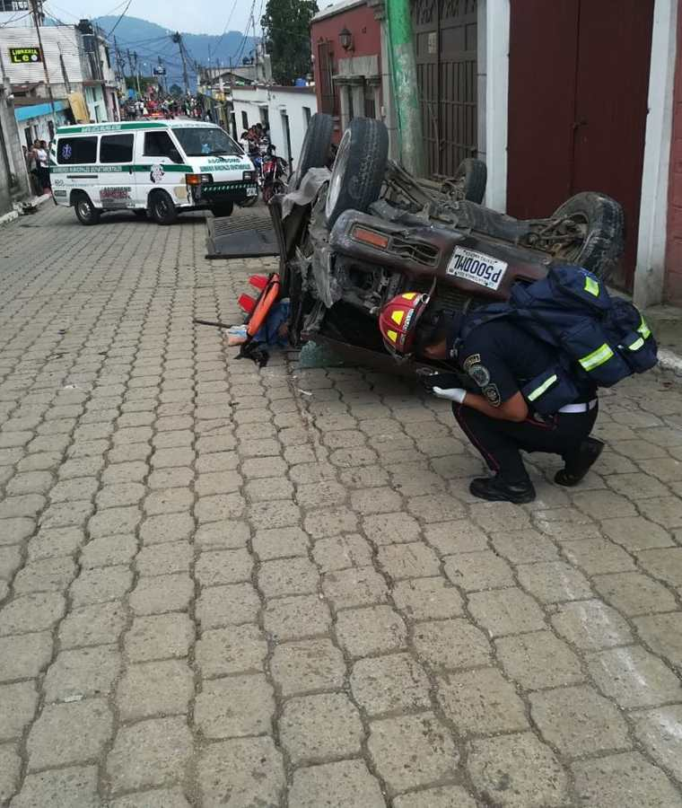 Un socorrista revisa el lugar del accidente en Magdalena Milpas Altas, Sacatepéquez. (Foto Prensa Libre: Cortesía CBMD)