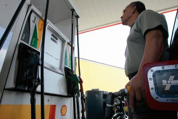 Las estaciones de servicio del área metropolitana aplicaron este lunes un incremento de Q1 al galón de gasolina y diésel y es uno de los más fuertes en el año. (Foto Prensa Libre: Hemeroteca)