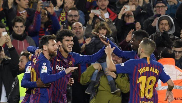 Lionel Messi y Jordi Alba celebran junto a Carles Aleña quien anotó el 2-0 para el Barcelona frente al Villarreal. (Foto Prensa Libre: AFP)