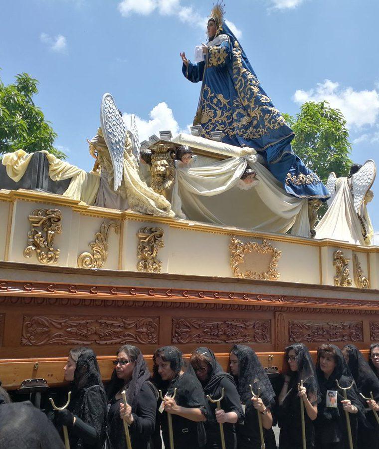 El cortejo de Jesús del Rescate es acompañado por la imagen de la Virgen de Dolores. (Foto Prensa Libre: Oscar García).