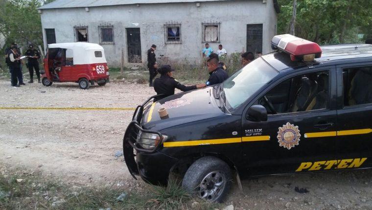 Francisco Caal Choc, piloto de mototaxi, murió por heridas cortantes, en el barrio El Panorama, San Benito, Petén. (Foto Prensa Libre: Rigoberto Escobar)