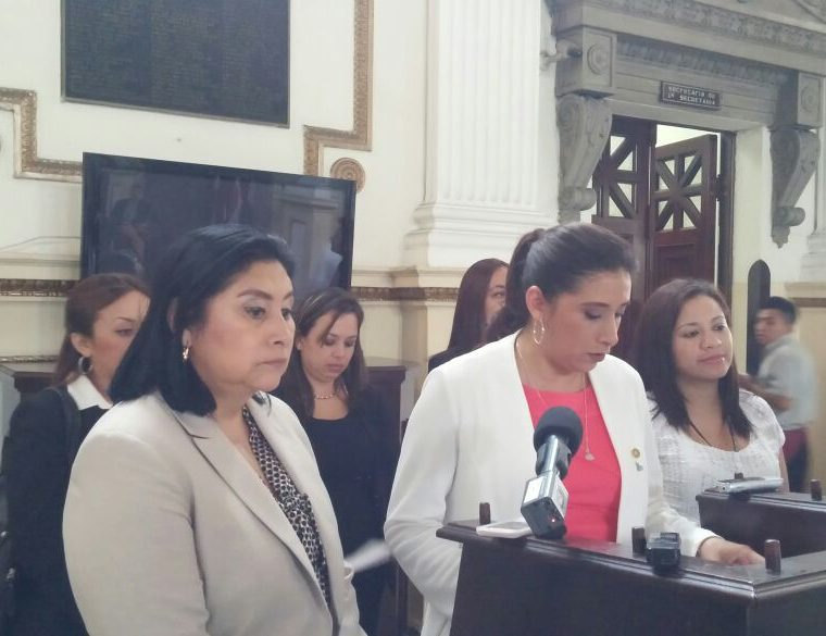 Diputadas presentaron la iniciativa de ley para incrementar el descanso postnatal a cien días. (Foto Prensa Libre: J. Gramajo)