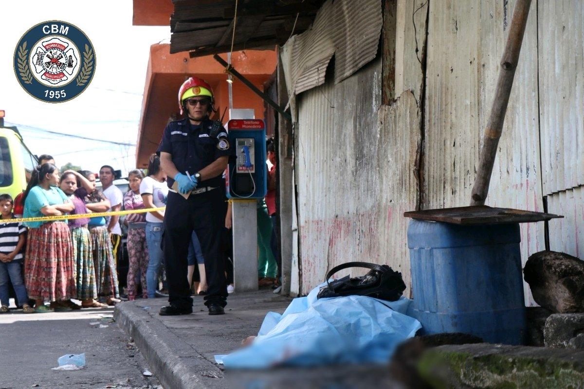 La mujer, de unos 25 años, fue baleada en la cabeza informaron las autoridades. (Foto Prensa Libre: CBM)