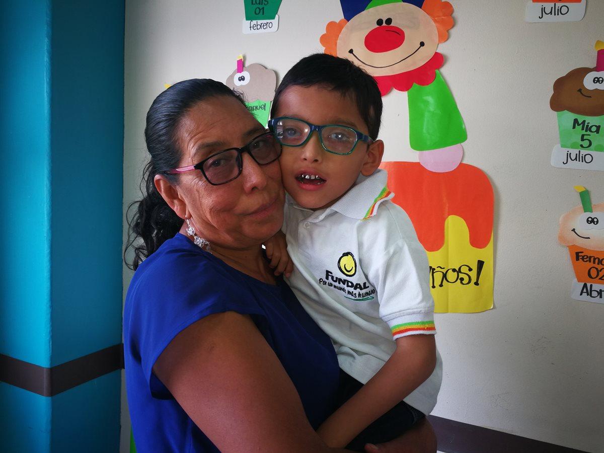 Marta Gudiel junto a su nieto Sergio Emmanuel Andrade. (Foto Prensa Libre: Oscar Fernando García).