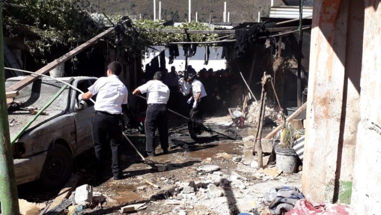 Los socorristas trabajaron varias horas para controlar el siniestro. (Foto Prensa Libre: Bomberos Voluntarios)