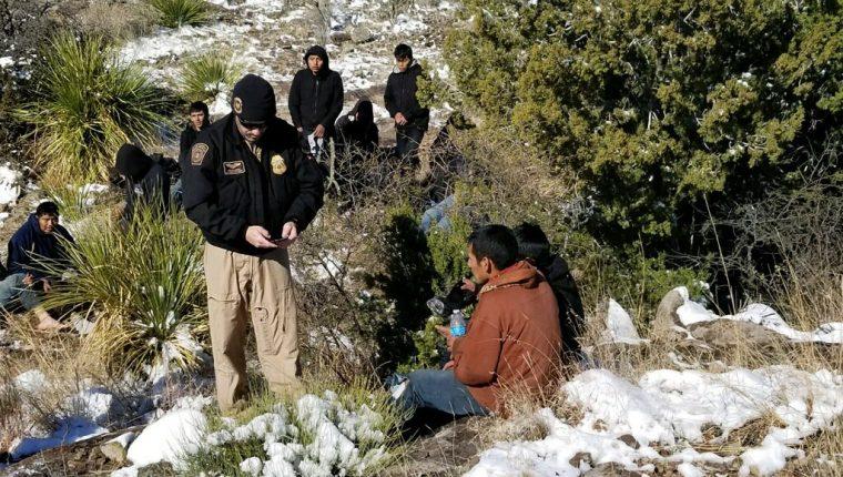 Los migrantes guatemaltecos andaban perdidos en el desierto de Texas cuando una tormenta invernal azotó la región de Big Bend. (Foto Prensa Libre: CBP)