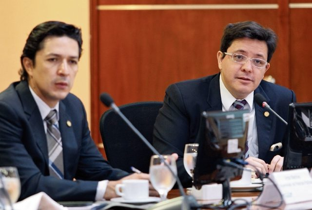 Víctor martínez y Julio Héctor Estrada, viceministro y ministro de Finanzas, respectivamente, informan sobre el avance de la propuesta fiscal para el 2017.