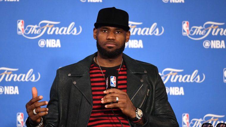 La figura de los Cavs, LeBron James, no ocultó su tristeza después de la derrota. (Foto Prensa Libre: AFP)
