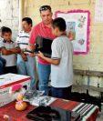 Mynor Aguirre —de rojo — hace un donativo de equipo de computación en Santa Catarina Mita, Jutiapa.