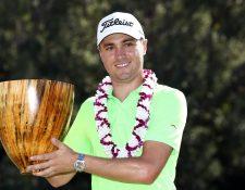 Justin Thomas muestra el trofeo luego de ganar la primera parada del Tour del 2017. (Foto Prensa Libre: AFP)